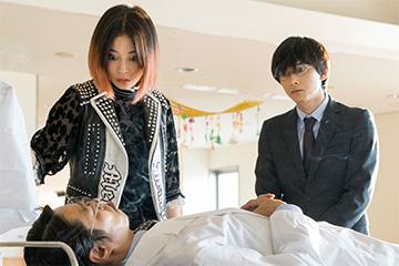「一度死んでみた」の七瀬(広瀬すず)と松岡(吉沢亮)が計(堤真一)の遺体を確認するシーン Blu-ray 邦画 コメディ