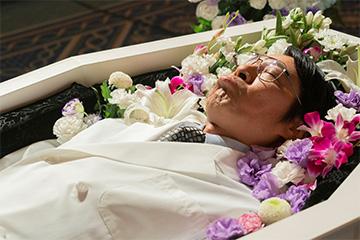 「一度死んでみた」の計(堤真一)が棺桶で眠るシーン Blu-ray 邦画 コメディ