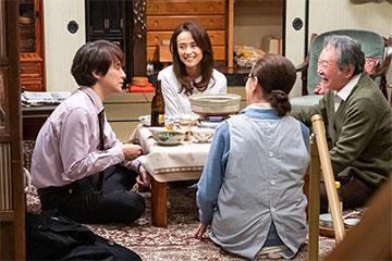 「男はつらいよ お帰り 寅さん 豪華版(初回限定生産)」のイズミ(後藤久美子)や満男(吉岡秀隆)が食卓を囲むシーン DVD 日本映画 ドラマ